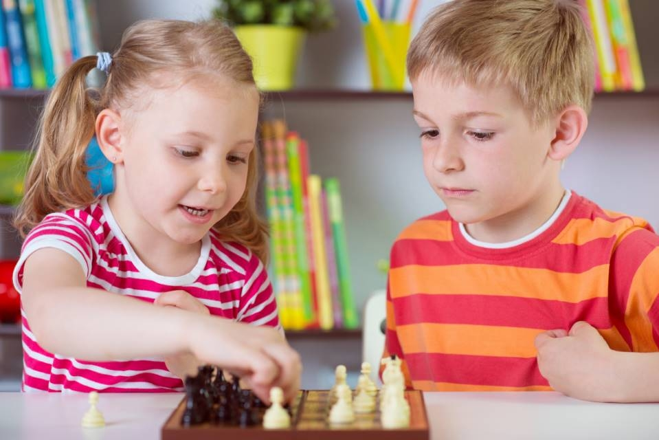 Małe dzieci grają w szachy